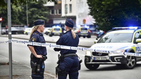 Des officiers de police dans le centre de la ville de Malmö, en Suède, dans la soirée du 18 juin.