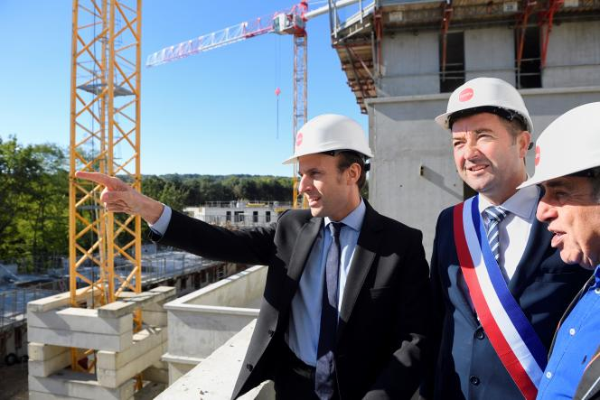 Emmanuel Macron visite un chantier de logements à Poissy (Yvelines) en compagnie de Karl Olivier, son maire et de Roland Castro, le 6 octobre 2016.
