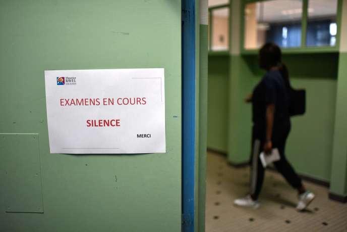 Avant l'épreuve de philosophie, lundi 18 juin, au lycée Maurice-Ravel, à Paris.