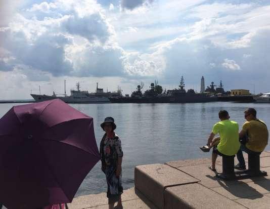 Touristes chinois inspectant la flotte russe de la Baltique.