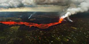 La lave du volcan Kilauea s'écoule autour et sur la ville dePahoa, à Hawaï, le 10 juin.