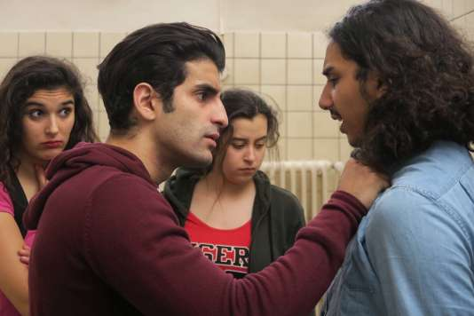 Inas Chanti, Souad Arsane, Mehdi Dahmane etSidi Mejai dans« A genoux les gars», d'AntoineDesrosières.
