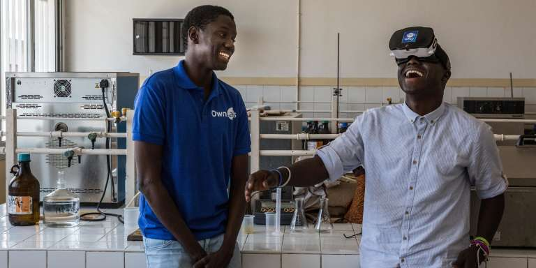 Abdou Khadre Diop (à gauche) et Moustapha Diop, fondateurs d'OwnLabs, testent leur casque de réalité virtuelle dans un laboratoire de l'Ecole supérieure polytechnique de Dakar, le 9juin 2018.