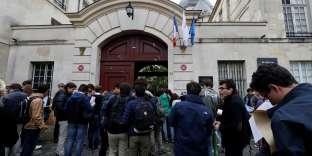 Des lycéens attendent d'entrer dans les salles d'examen pour l'épreuve de philosophie du baccalauréat, à Paris, le 15 juin 2016.