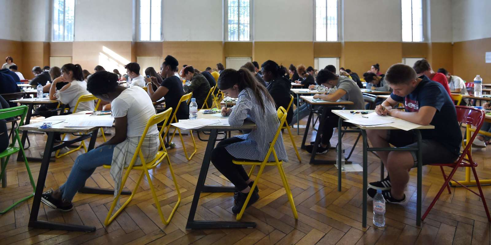 High school students work on a 4 hours philosophy dissertation, that kicks off the French general baccalaureat exam for getting into university, on June 18, 2018 at the lycee Pasteur in Strasbourg, eastern France. / AFP / FREDERICK FLORIN