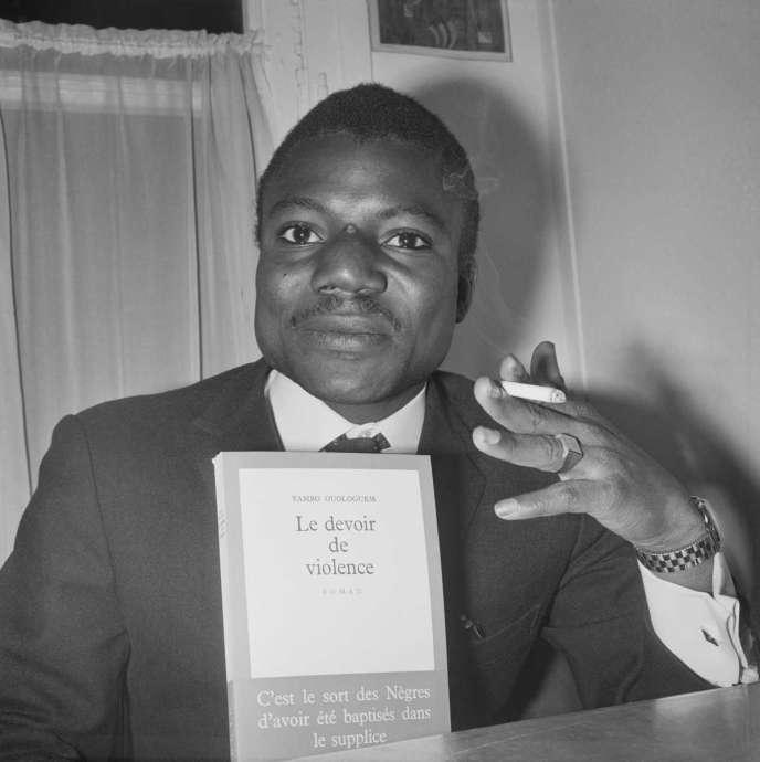 Yambo Ouologuem pose avec son roman, qui vient d'emporter le prix Renaudot, en novembre 1968.