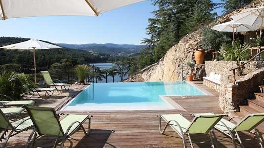 Option farniente au bord de la piscine ou balade dans les vignobles.