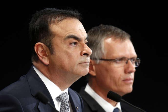Carlos Ghosn (à gauche), le PDG de Renault, et Carlos Tavares, le président du directoire de PSA, à Paris.