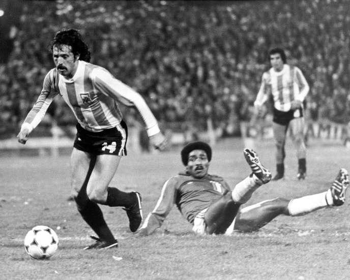 L'attaquant argentin Leopoldo Luque prend de vitesse le défenseur péruvien Rodolfo Manzo, au sol, le 21 juin 1978, à Rosario.