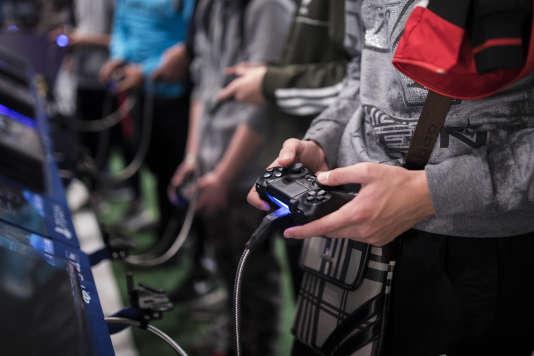 De nombreux cas ont été décrits de joueurs compulsifs incapables de se détacher de leur ordinateur, appareil mobile ou console de jeu.