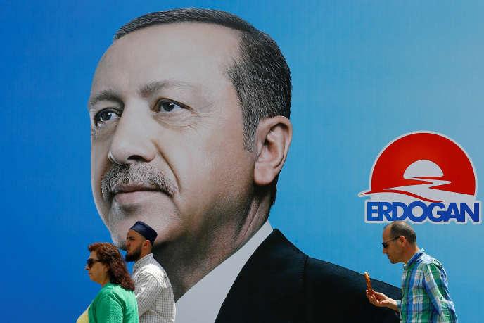 «A l'approche d'un scrutin crucial – législatives et présidentielle – le 24 juin, le « Reis » (« le chef », l'un de ses surnoms) s'est sans doute laissé convaincre de l'urgence d'agir face au risque de crise monétaire » (Affiche électorale, le 19 juin, à Istanbul).