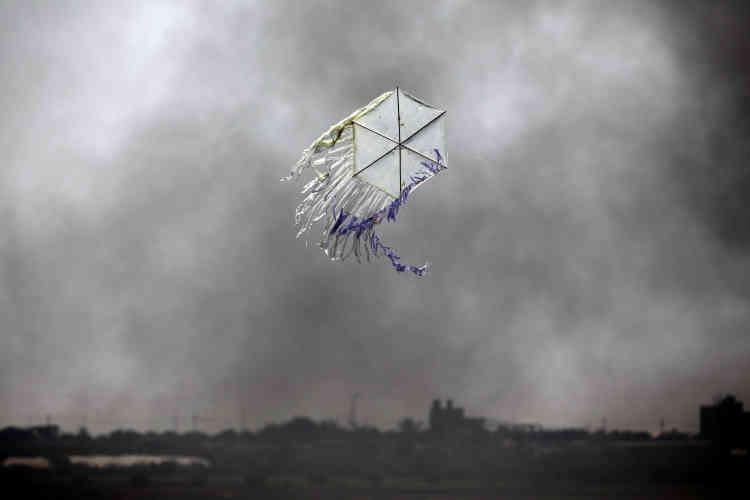 Un cerf-volant survole des terrains à la frontière entre Gaza et Israël, le 8juin.