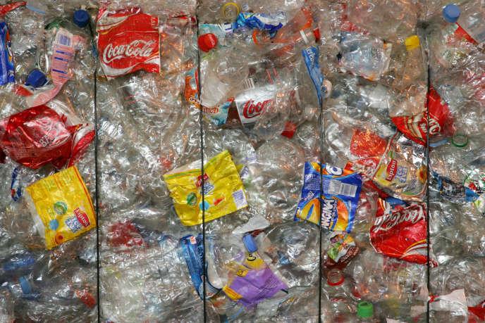 Au centre de tri des collectes sélectives du Syndicat intercommunal pour le traitement des déchets de l'agglomération parisienne, en 2006, à Nanterre.