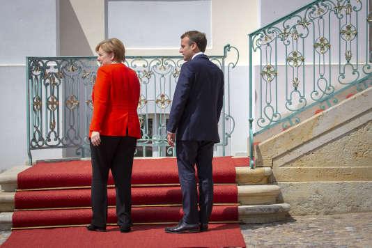 Angela Merkel accueille Emmanuel Macron, au château de Meseberg, pour un sommet franco-allemand, mardi 19 juin.