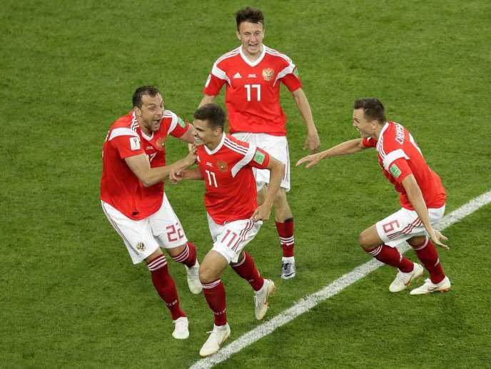 L'équipe de Russie extatique après son succès dans le relais 4×10 kilomètres, le19juin2018.