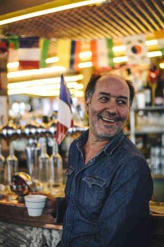 Sadek Hajji, client, avec son café allongé, plaisante au comptoir des Deux Moulins.«Un bon bistrot, c'est un endroit où les gens se retrouvent pour partager les bons et les mauvais moments.»