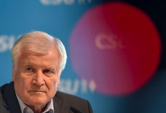 Le ministre de l'intérieur et président de la CSU bavaroise, Horst Seehofer, donne une conférence de presse à Munich, le 18 juin.