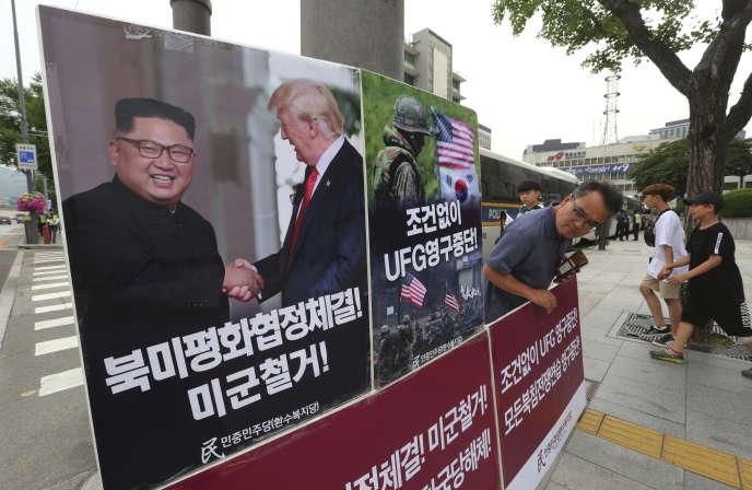 Des affiches en opposition aux exercices militaires conjoints entre la Corée du Sud et les Etats-Unis, devant l'ambassade américaine à Séoul, le 19 juin.