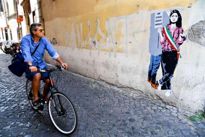 A Rome, en juin, une oeuvre de street art critiquant l'état de la voirie et la maireVirginia Raggi.