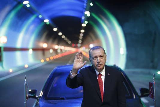 Le président turc Recep Tayyip Erdogan inaugure un tunnel, le 13 juin à Rize.