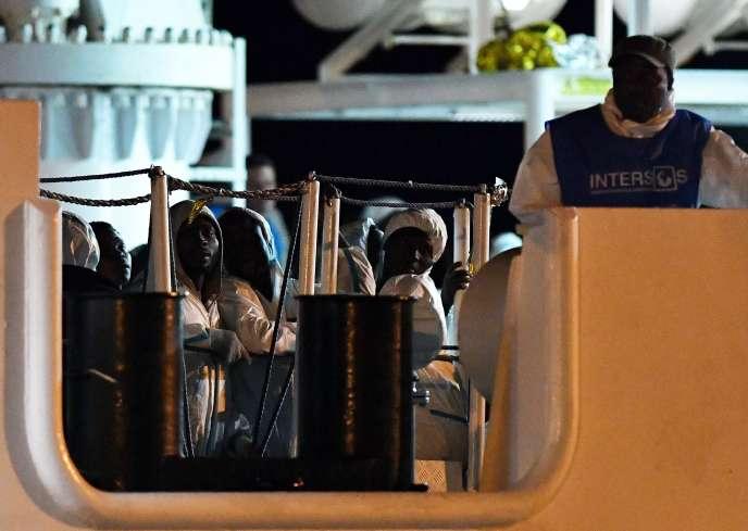 Les personnes secourues en mer attendent de pouvoir débarquer du navire « Diciotti » dans le port sicilien de Pozzallo, le 19 juin.