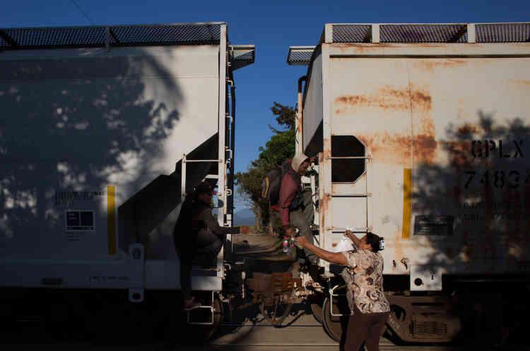 « Un ami a perdu un pied en tombant du train », raconte Josue Palancia, au refuge de Las Patronas, tenu par les sœurs Romero. « Des policiers m'ont pris mon argent, soupire ce Hondurien de 20 ans. Mais j'ai pu éviter de justesse les barrages des agents de l'immigration qui nous renvoient chez nous, et les narcos qui nous volent, nous recrutent de force ou nous tuent. »