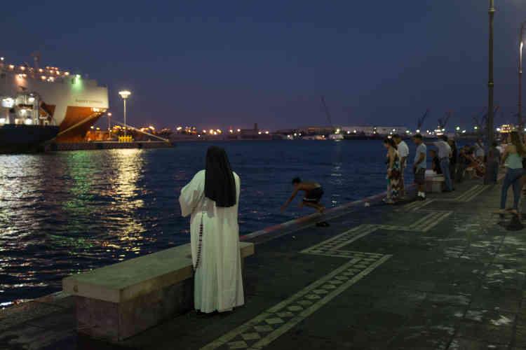 Une nonne sur la jetée à Veracruz.