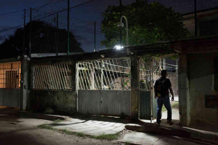 Jorge Sanchez est dubitatif sur l'avenir du Mexique. « C'est le pays du no pasa nada (rien ne change) ». La vie de ce trentenaire au regard sombre a basculé, le 2 janvier 2015, après l'enlèvement de son père journaliste, Moïses Sanchez, dont le corps a été retrouvé démembré.