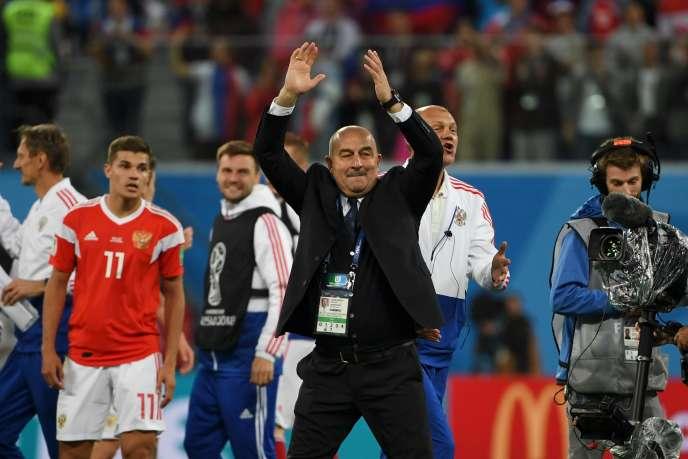 LesélectionneurrusseTchertchessovaprès la victoire de son équipe sur l'Egypte dans les phases de poule de la Coupe du monde, le 19 juin.