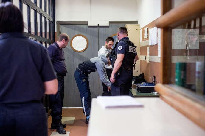 Le jeune Omar signe le document de fin de garde à vue. Il quittera l'hôtel de police les menottes aux mains et ira en prison le soir même.