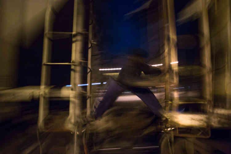 Pour Bernarda Romero, 54 ans, « les autorités ferment les yeux sur les trafics et les crimes contre les migrants, en exécutant le sale boulot des États-Unis ». En 2014, Mexico a lancé, en collaboration avec Washington, le plan « Frontera Sur » (Frontière sud). Officiellement, le programme vise à empêcher les clandestins de monter sur les trains pour éviter les accidents et les violences mafieuses. « En réalité, les arrestations se sont multipliées le long des voies ferrées », dénonce Mme Romero. En 2017, le Mexique a même expulsé davantage de Centraméricains (147 000), que les États-Unis (96 000)…