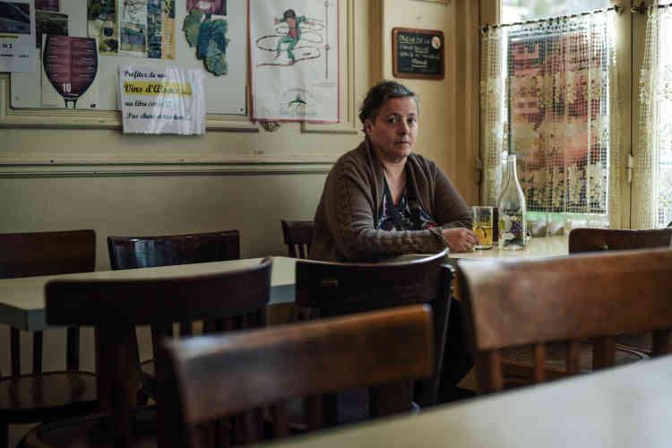 Sylvie, cliente, attend son veau marengo dans la salle principale du Vaudésir.