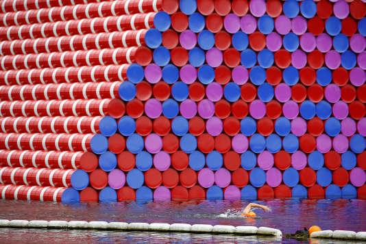 Quelques-uns des 7506 barils qui composent le « mastaba» flottant de Christo à Hyde Park, à Londres, le 19 juin 2018.