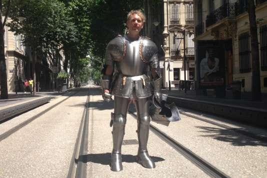 Dans le cadre du festival Lieux mouvants, Abraham Poincheval traversera le centre de la Bretagne en armure médiévale.