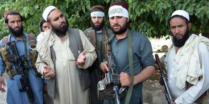 Des talibans afghans se mêlent à la population de Jalalabad, le 16 juin 2018, pendant la trêve observée pour l'Aïd.