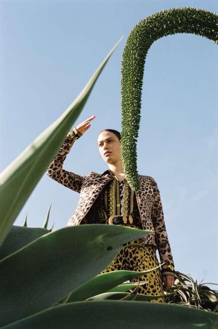 Veste en nylon imprimé, Jott. Chemise en soie et pantalon en coton imprimé ; Ceinture en cuir, Versace.
