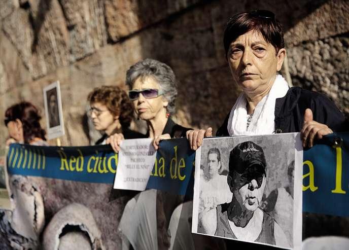 Une manifestation des victimes du franquisme, le 10 avril 2014, réclamant qu'Antonio Gonzalez Pacheco soit extradé vers l'Argentine, qui avait ouvert une enquête sur les assassinats et disparitions lors de la guerre d'Espagne.