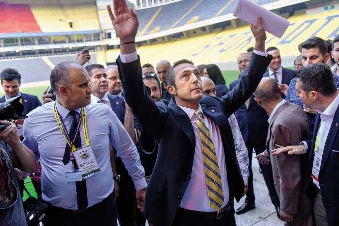 Le nouveau présidentdu club de football de Fenerbahçe Ali Koç (au centre) au Ulker Stadium à Istanbul, lors de son élection le 5 juin 2018.