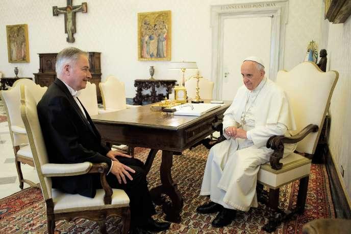 Le diplomate Philippe Zeller (à gauche, en 2016) est l'un des artisans de la rencontredu 26 juin entre le pape François et le président Macron.