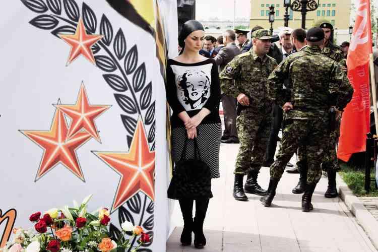 En 2009, les trois photographes Olga Kravets, Maria Morina et Oksana Yushko se sont lancées dans le projet « Grozny, Nine Cities ». Soit un portrait de la capitale de la Tchétchénie, marquée par plusieurs guerres. Le trio a saisi la vie dans cette ville marquée par la présence des militaires et par la propagande. Cette image a été prise le jour de la célébration d'une victoire de la seconde guerre mondiale. Sam Stourdzé, directeur des Rencontres d'Arles, estime que cette photographie « dégage une force rare, l'œil quittant vite les militaires concentrés pour aller vers le tee-shirtde -Marilyn de la jeune femme, un vêtement qui raconte un rêve caché ».Olga Kravets, Maria Morina et Oksana Yushko, « Grozny, Nine Cities », salle Monoprix,du 2 juillet au 23 septembre. www.rencontres-arles.com