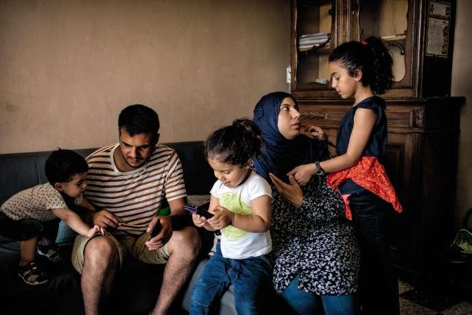 Izzat et Amina Al-Rahmoun ettrois de leurs enfants : Hassan, Ibah et Ilat, à Belgodère (Haute-Corse), en juin.