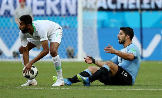 Luis Suarez contemplant le nombre de coupes du monde qu'il a remportées.
