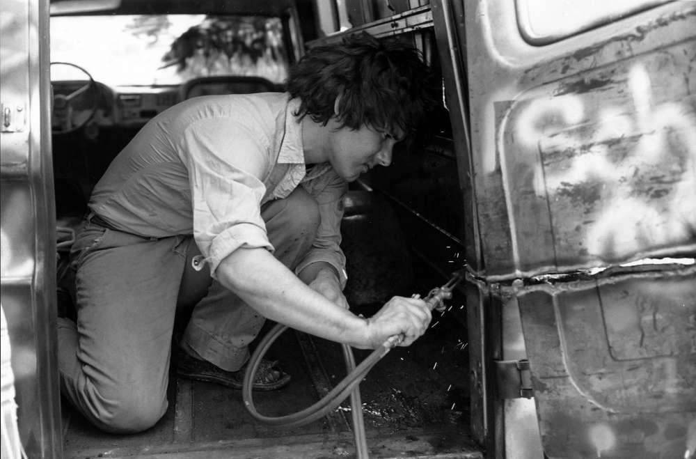 «Fils du célèbre peintre surréaliste chilien Roberto Matta et de la designer américaine Anne Clark, Gordon Matta-Clark (1943-1978) a grandi à New York. Il obtient son diplôme d'architecture et commence à produire une série d'œuvres in situ dans cette ville, qui ébranle les fondements et postulats de l'architecture.»