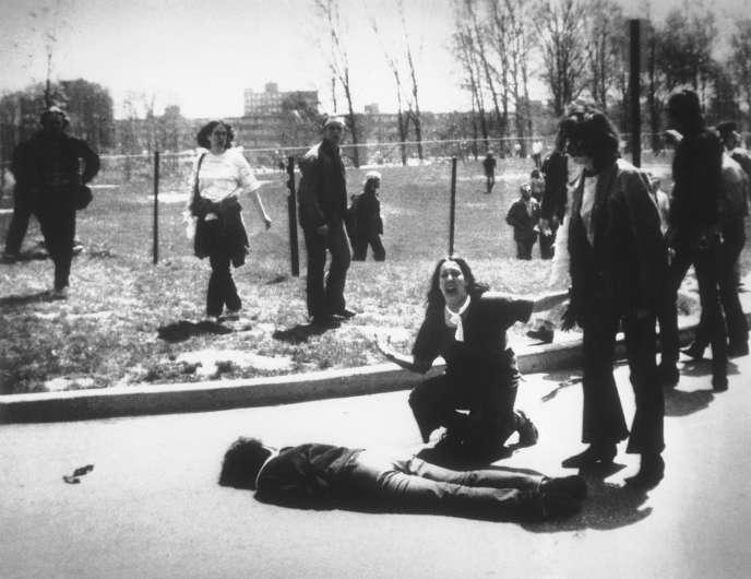 Le 4 mai 1970, dans l'Ohio, les gardes nationaux tirent sur des étudiants, tuant quatre personnes et blessant de nombreux manifestants antimilitaristes.