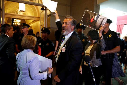Le représentant démocrate de Californie à la Chambre Juan Vargas interpellant Donald Trump dans les couloirs du Capitole, le 19 juin.