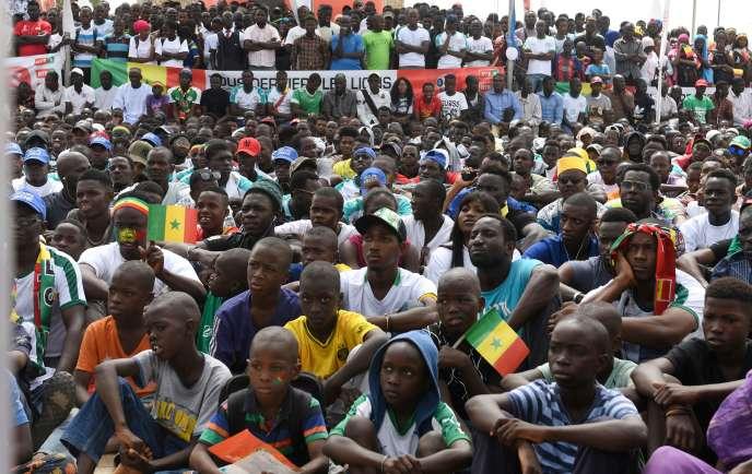 Les supporteurs sénégalais réunis dans la fan-zone installée place de l'Obélisque, àDakar, le 19 juin.