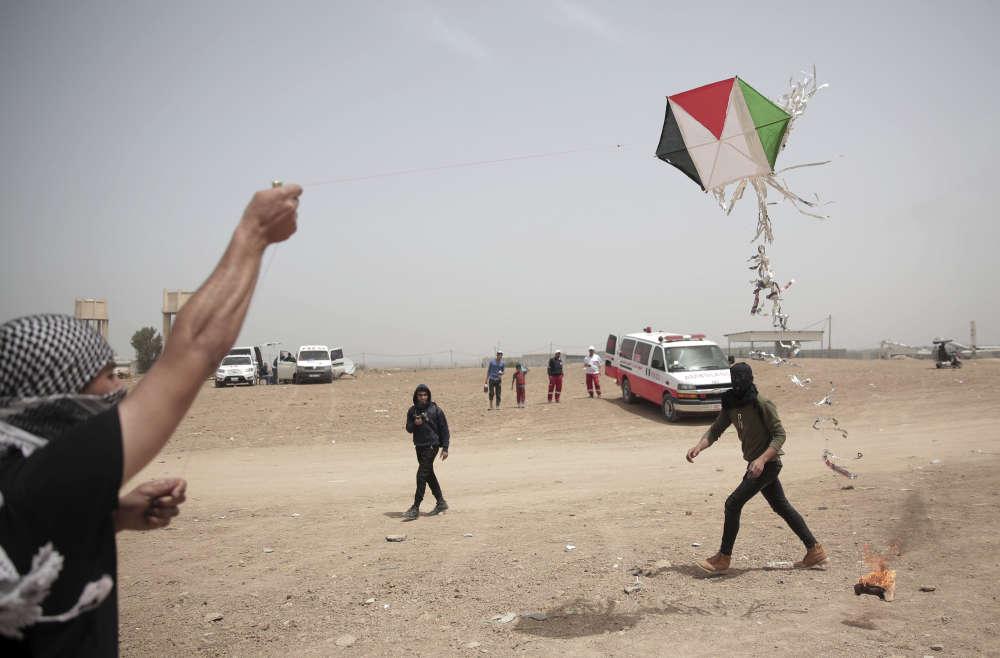Des manifestants palestiniens font voler un cerf-volant avec un chiffon enflammé à la frontière entre Israël et la bande de Gaza, le 20avril.D'après un activiste palestinien de 18ans, tout a commencé avec des adolescents qui faisaient voler des drapeaux palestiniens pour s'amuser:«Pour provoquer Israël encore plus, nous avons accroché un chiffon enflammé au cerf-volant. (…) Le fil a cassé, et le cerf-volant (…) a causé un incendie.»