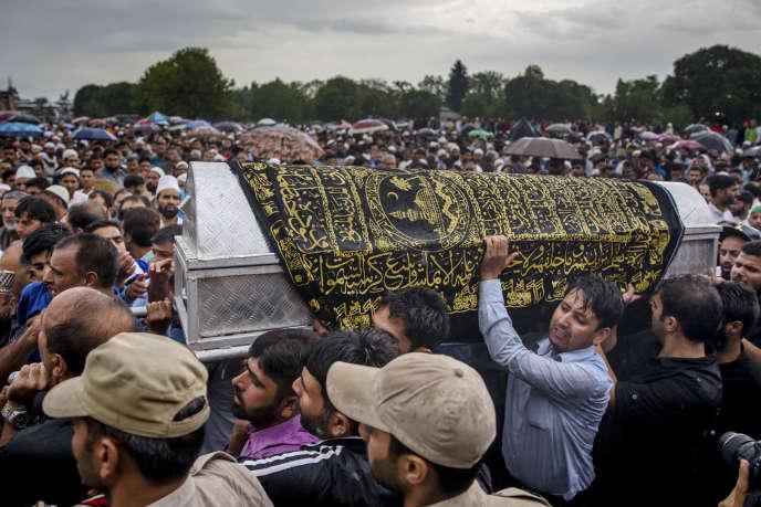 Procession lors de l'enterrement deShujaat Bukhari, le rédacteur en chef du quotidien cachemiri «Rising Star», à Kreeri, le 15 juin.