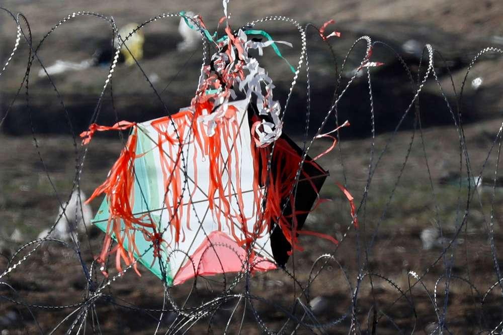 Au kibboutz Nahal Oz, le 8juin.En réaction aux attaques des cerfs-volants, Israël a déclenché, le 15juin, des bombardements à proximité d'un groupe d'hommes préparant des objets volants explosifs; le 17 juin, c'est la voiture de l'un des meneurs d'une unité chargée de fabriquer les engins volants qui a été frappée.