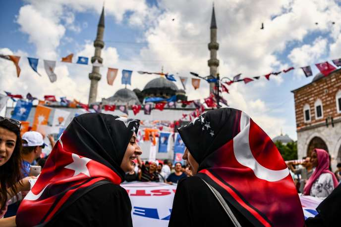Des militantes pro-Erdogan, le 19 juin à Istanbul.